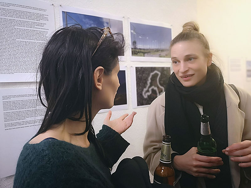 Ausstellungseröffnung 1.3.2019, u.a. mit MAya Schweizer und Sarah Bernauer, im Hintergrund Arbeiten von Veit Stratmann