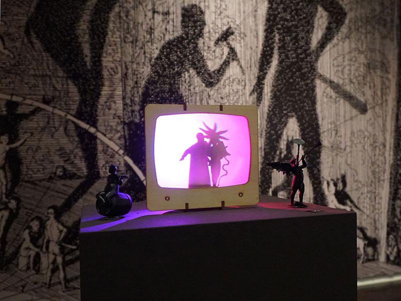 Drôle de l'ombre (2018). Sperrholz, Elektronik, Motor und LED-Licht, ca. 20x18x20 cm. Anaglyphische Adaption des von Jördis Drawe und Uwe Schüler konzipierten Bastelsatzes VolxTV (2012). Beim Aufsetzen einer Rot-Blau-Brille verwandeln sich die Schatten in räumliche Gebilde.
